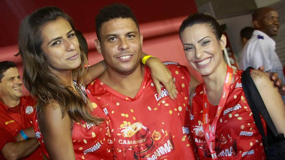 Ronaldo com sua namorada a DJ Paula Morais e Cléo Pires no último dia de desfile do Grupo Especial do Rio
