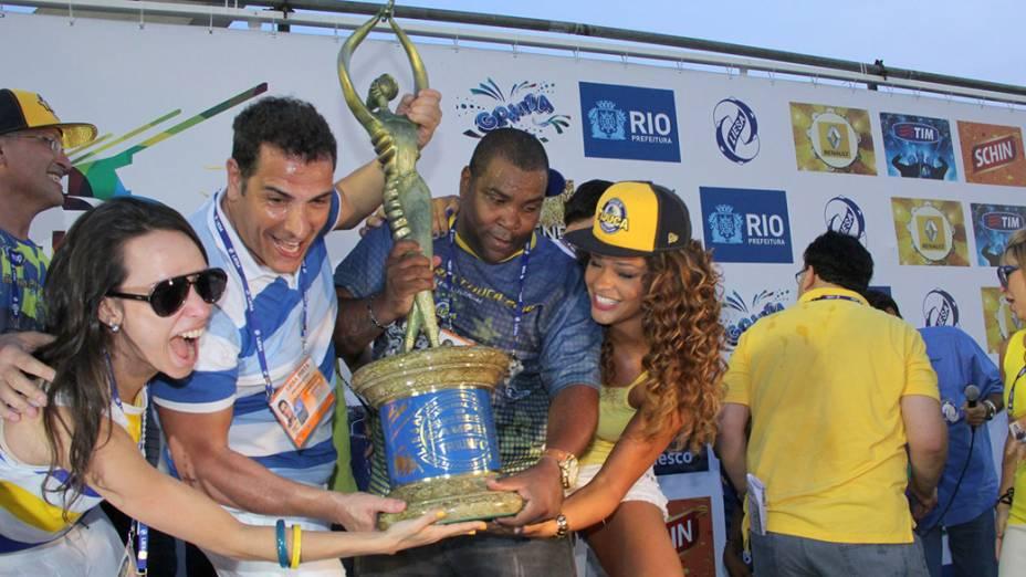 Integrantes da Unidos da Tijuca levatam o troféu do Carnaval carioca