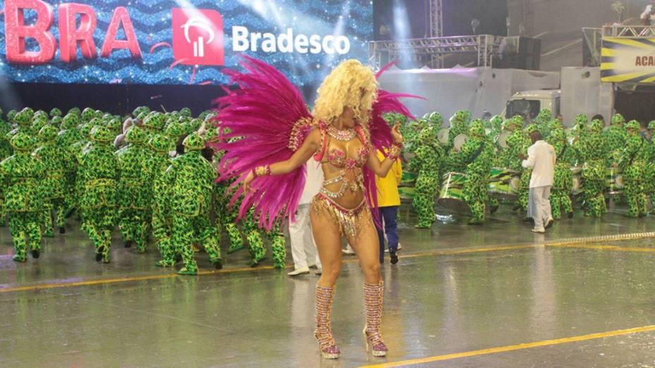 Lívia Andrade desfila com os seios à mostra pela Acadêmicos do Tucuruvi, no Carnaval de São Paulo no Anhembi