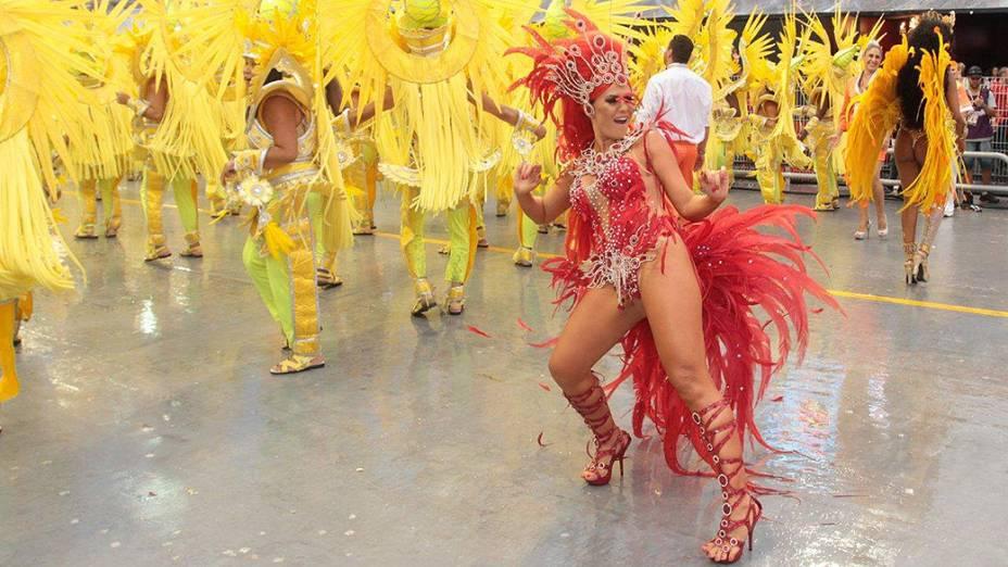 Tânia Oliveira desfila pela Tom Maior, no primeiro dia do Carnaval de São Paulo no Anhembi