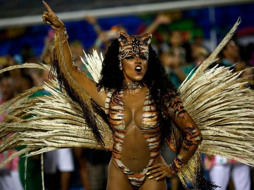 Rainha de bateria da Mangueira, Evelyn Bastos, desfila na Sapucaí