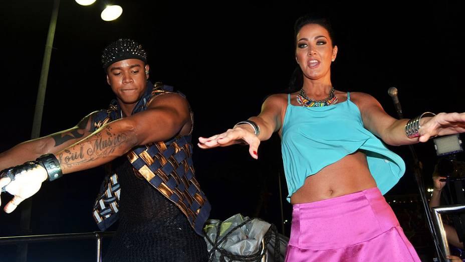 Helen Ganzarolli dança com Leo Santana em cima do trio do Parangolé, em Salvador