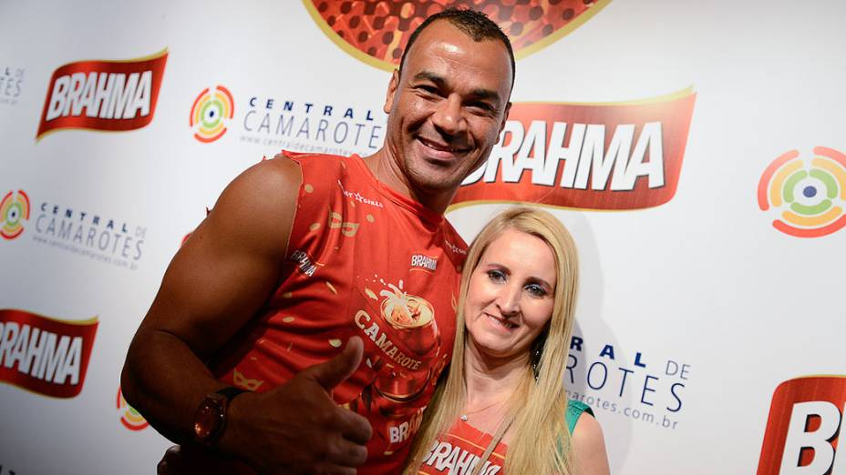 Cafu e sua mulher, Regina. O jogador levou a família toda para o sambódromo em São Paulo