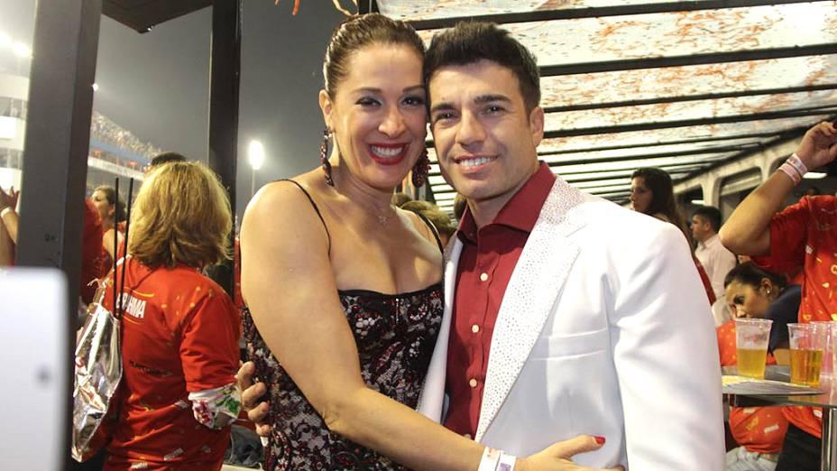 Cláudia Raia prestigiou o trabalho do namorado, Jarbas Homem de Mello, responsável pela comissão de frente da Vai-Vai