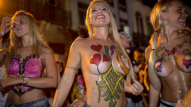 Foliãs fazem topless durante o bloco Banda da Rua do Mercado, no Rio em 27/02/2014