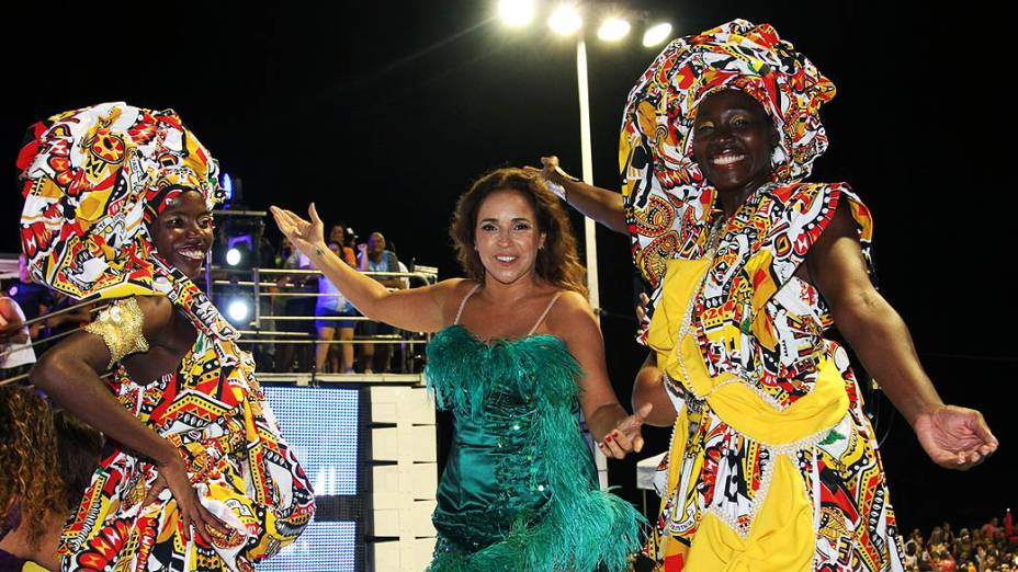 Daniela Mercury cantando em seu Camarote em Salvador, nesta quinta-feira (27)