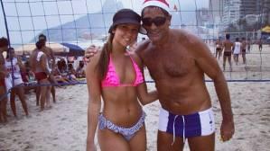 Carol Portaluppi tira foto na praia com o pai, Renato Gaúcho, no Rio