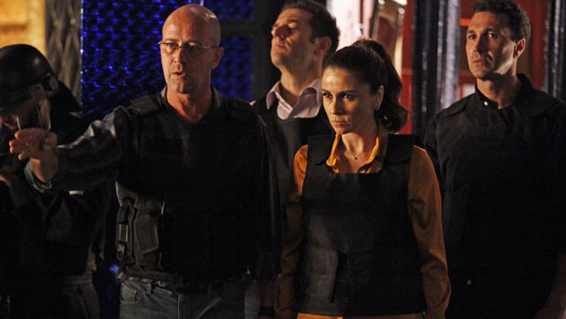 Helô (Giovanna Antonelli) e Almir (Murilo Grossi) comandam invasão da boate na Turquia