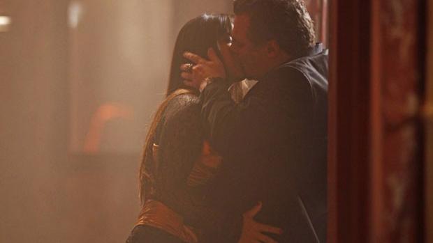 <br><br>  Jô (Thammy Miranda) e Russo (Adriano Garib) se beijam