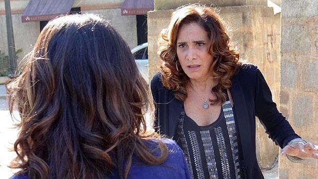 Durante a fuga, Wanda (Totia Meirelles) dá de cara com Morena (Nanda Costa)