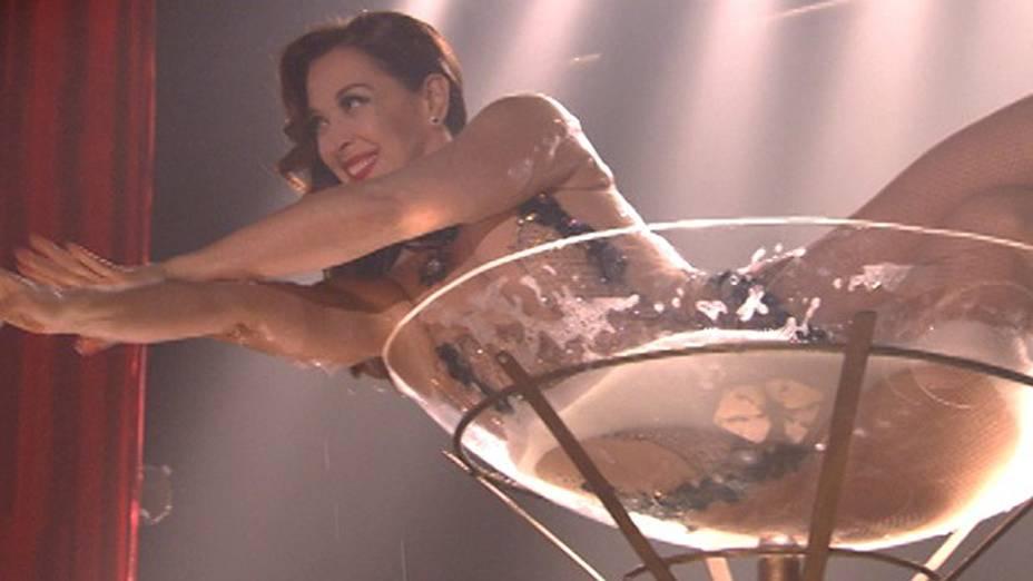 Lívia (Cláudia Raia) tenta se esconder trabalhando como dançarina