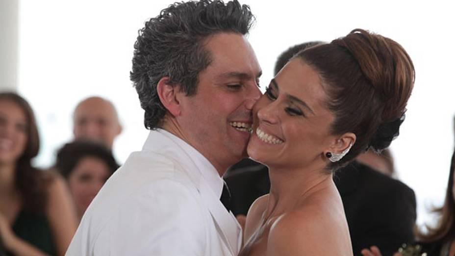 Helô (Giovanna Antonelli) e Stenio (Alexandre Nero) decidem se casar novamente