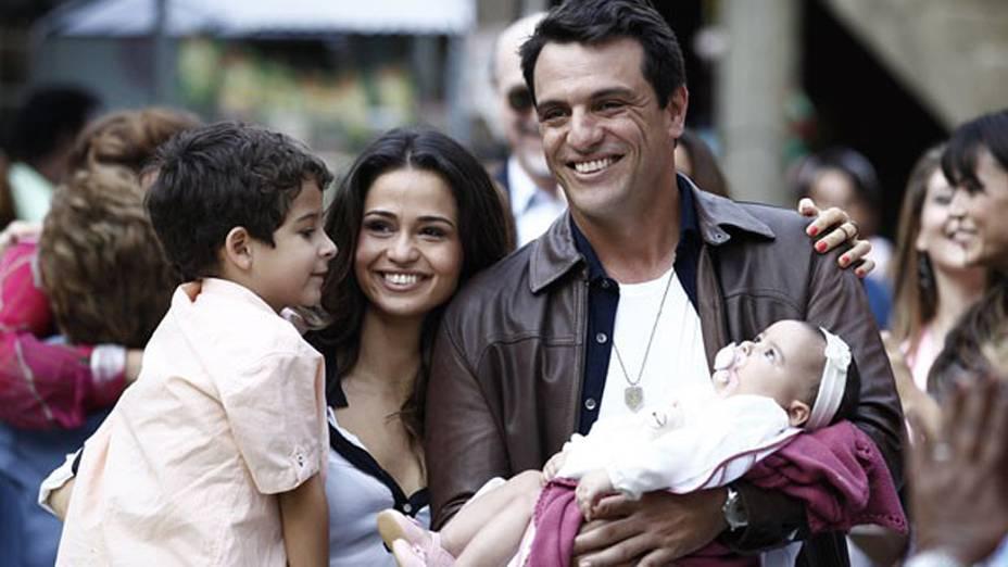 Morena (Nanda Costa) e Théo (Rodrigo Lombardi) ficam felizes com seus dois filhos