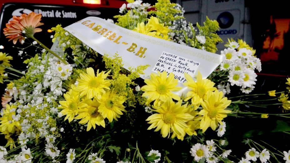 Coroas de flores chegam ao Cemitério Memorial Necrópole Ecumênica, em Santos, onde seria velado o corpo do músico Champignon, ex-integrante da banda Charlie Brown Jr.