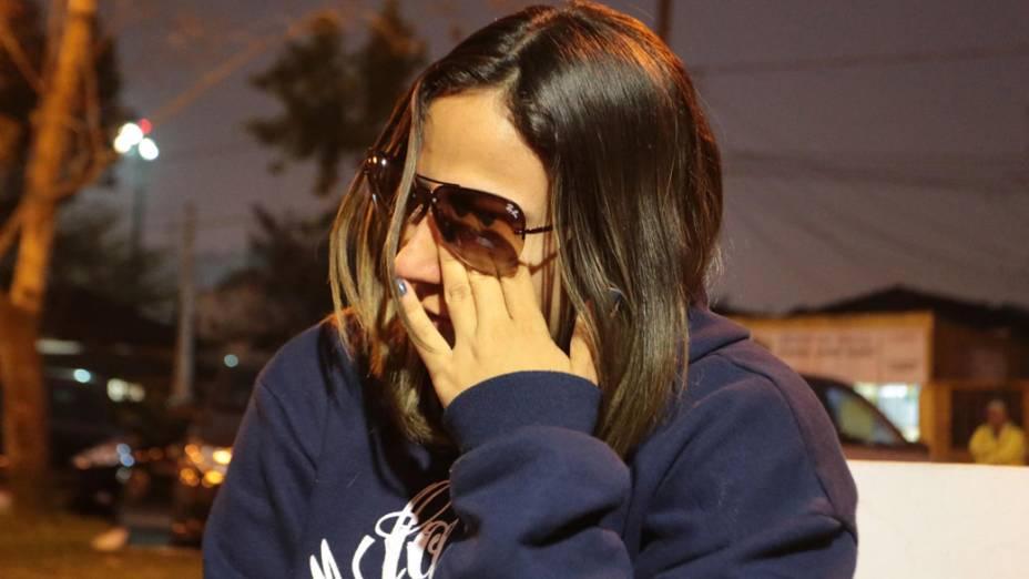 Fãs choram a morte do músico Champignon em frente ao Cemitério Memorial Necrópole Ecumênica, em Santos, onde o ex-integrante da banda Charlie Brown Jr. seria velado