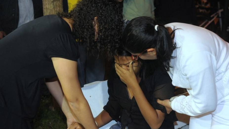 Fã passa mal na frente do Cemitério Memorial Necrópole Ecumênica, em Santos, onde será velado o corpo do músico Champignon