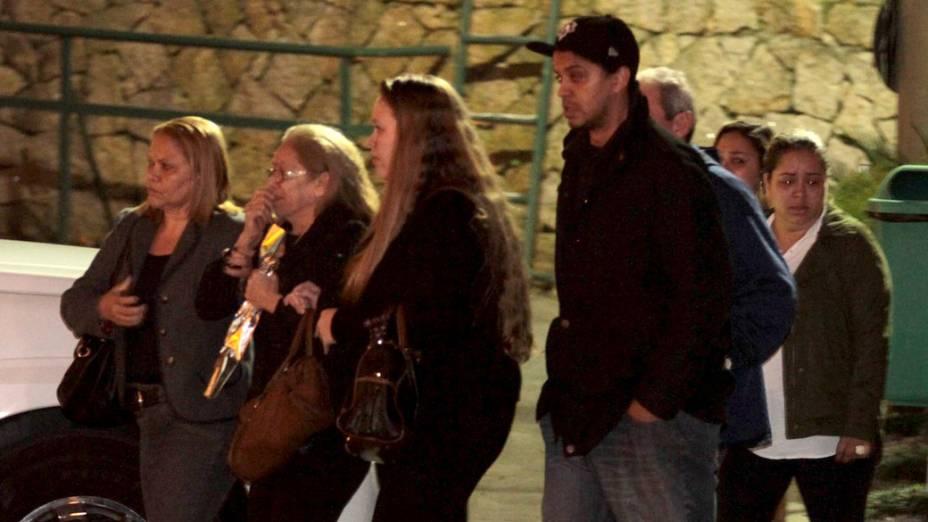 Familiares do músico Champignon chegam para o velório no Cemitério Memorial Necrópole Ecumênica, em Santos