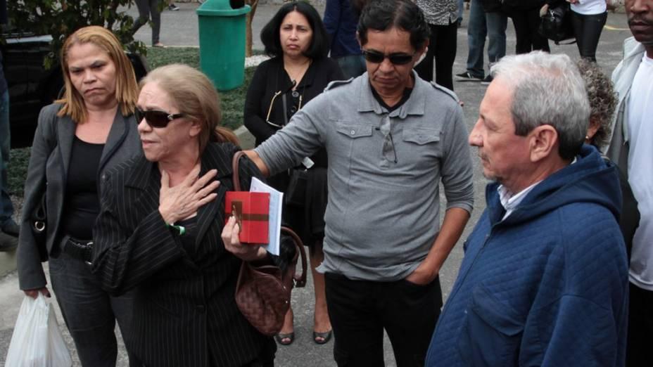Pais de Chapignon, chegam para o enterro do músico, em Santos