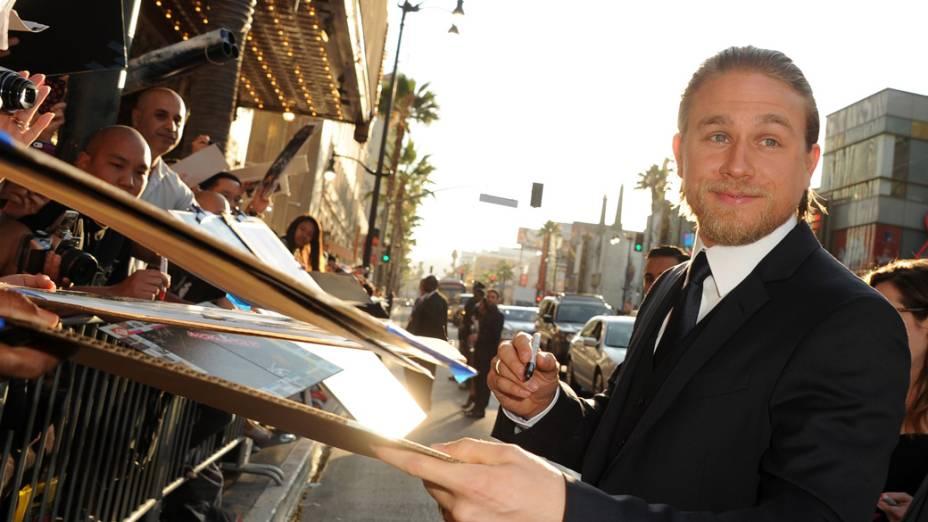 Charlie Hunnam dá autógrafos antes da estreia do filme Círculo de Fogo