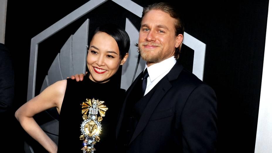A atriz Rinko Kikuchi e o ator Charlie Hunnam na estreia do filme Círculo de Fogo (2013)