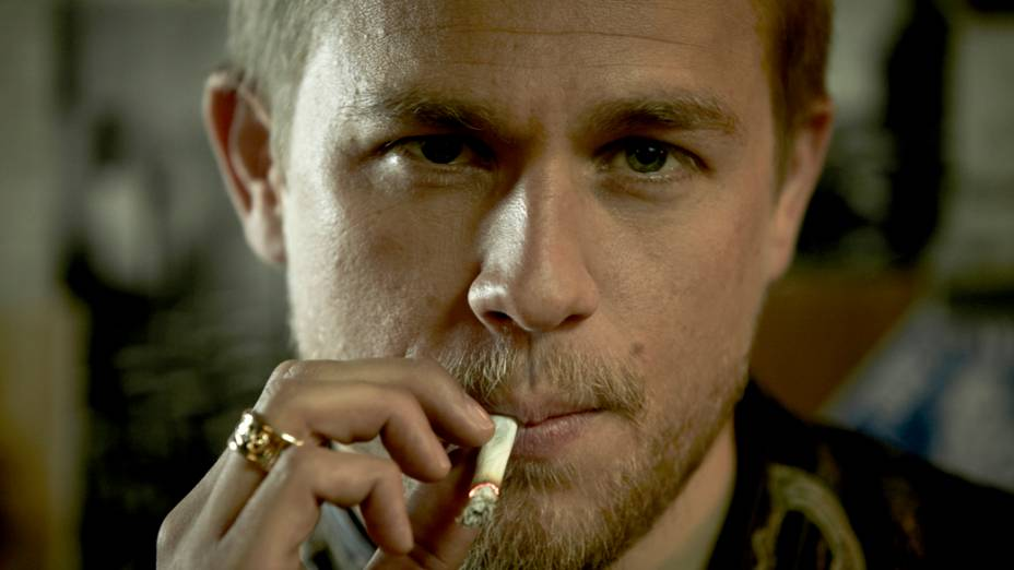 O ator Charlie Hunnam na série Sons of Anarchy, do canal FX