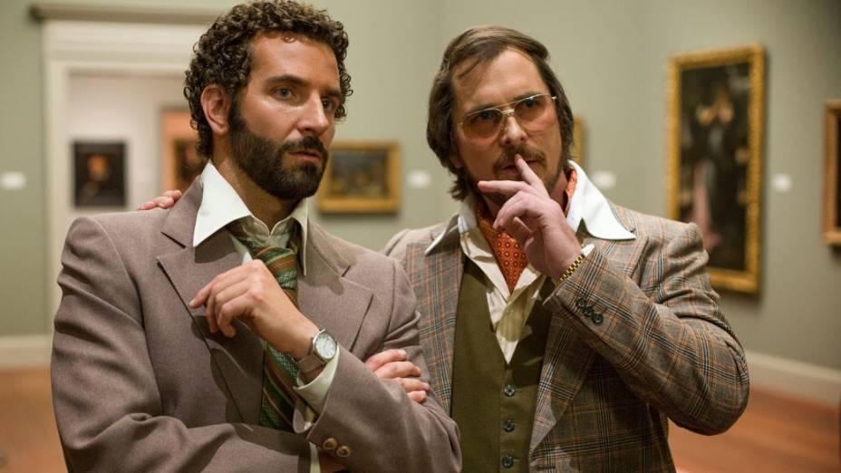 Os atores Christian Bale e Bradley Cooper no filme Trapaça