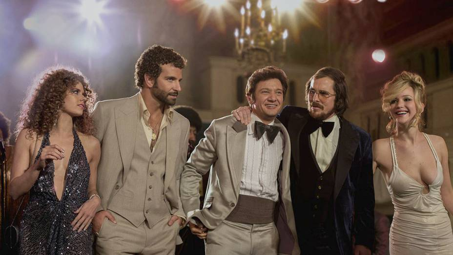 Os atores Amy Adams, Bradley Cooper, Jeremy Renner, Christian Bale e Jennifer Lawrence no filme Trapaça