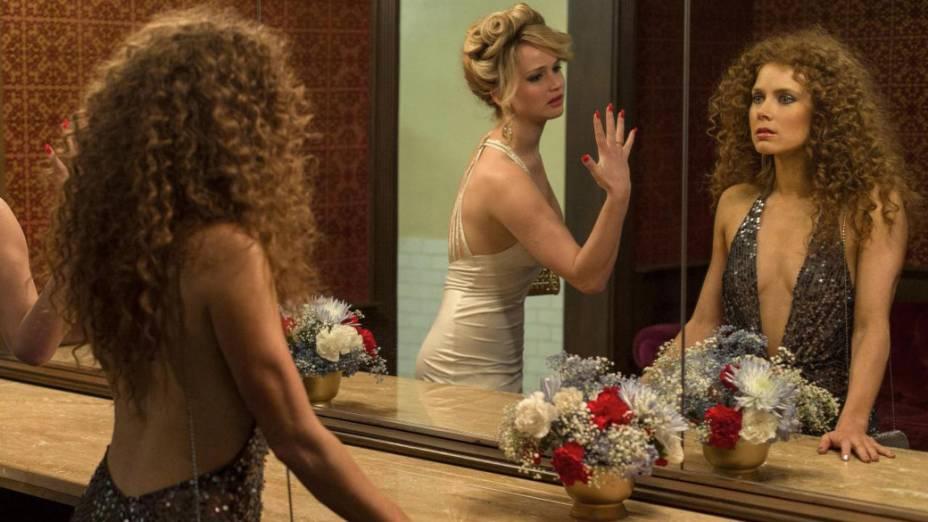 As atrizes Amy Adams e Jennifer Lawrence no filme Trapaça