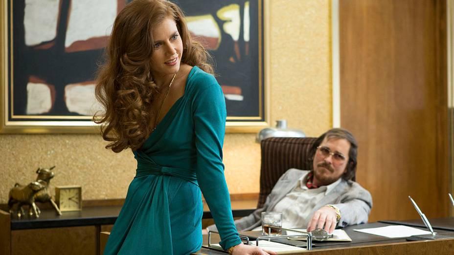 Amy Adams e Christian Bale no filme Trapaça
