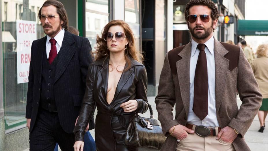 Os atores Christian Bale, Amy Adams e Bradley Cooper no filme Trapaça