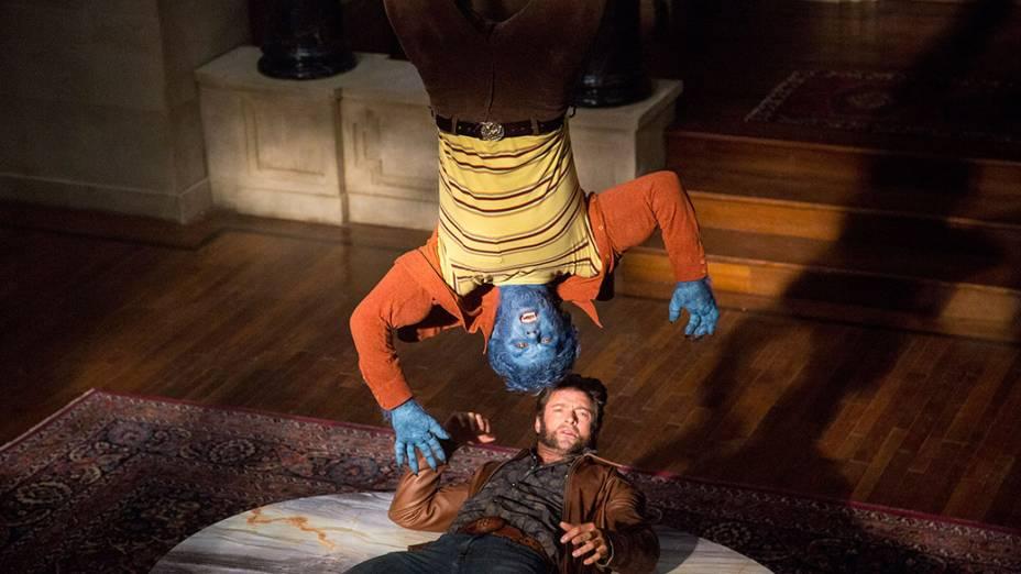 Atores Nicholas Hoult e Hugh Jackman em cena do filme X-Men – Dias de um Futuro Esquecido