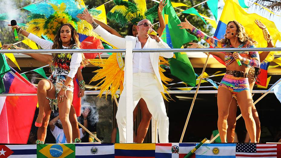 As cantoras Jennifer Lopez, Claudia Leitte e o rapper Pitbull durante as gravações do clipe We Are One, que será tema da Copa do Mundo