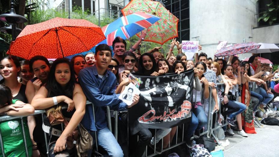 Movimentação de fãs antes da coletiva de imprensa de Demi Lovato no Hotel Tivoli, em São Paulo