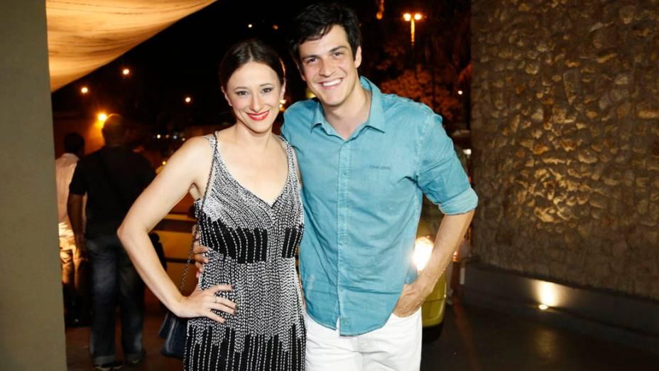 Mateus Solano, que interpreta Félix, e sua mulher Paula Braun, que vive Rebeca na trama, chegam para a festa de despedida de Amor à Vida, no Rio