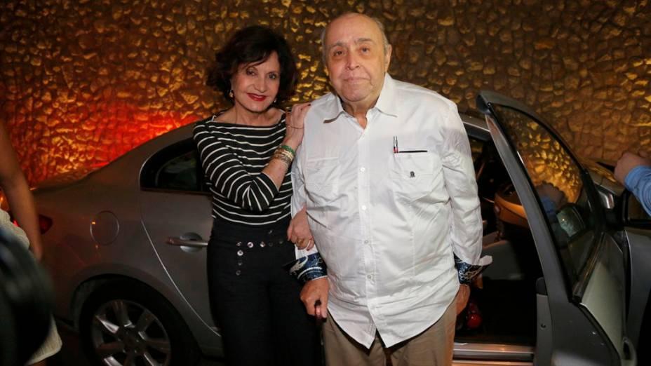 Rosamaria Murtinho e o marido, Mauro Mendonça, pais do diretor da trama, Mauro Mendonça Filho, se reúnem a elenco para assistir ao último capítulo de Amor à Vida