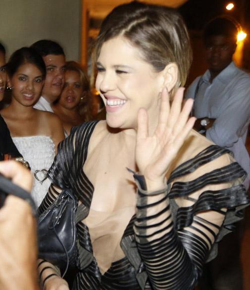 Barbara Paz faz a festa ao chegar à festa de saideira da novela