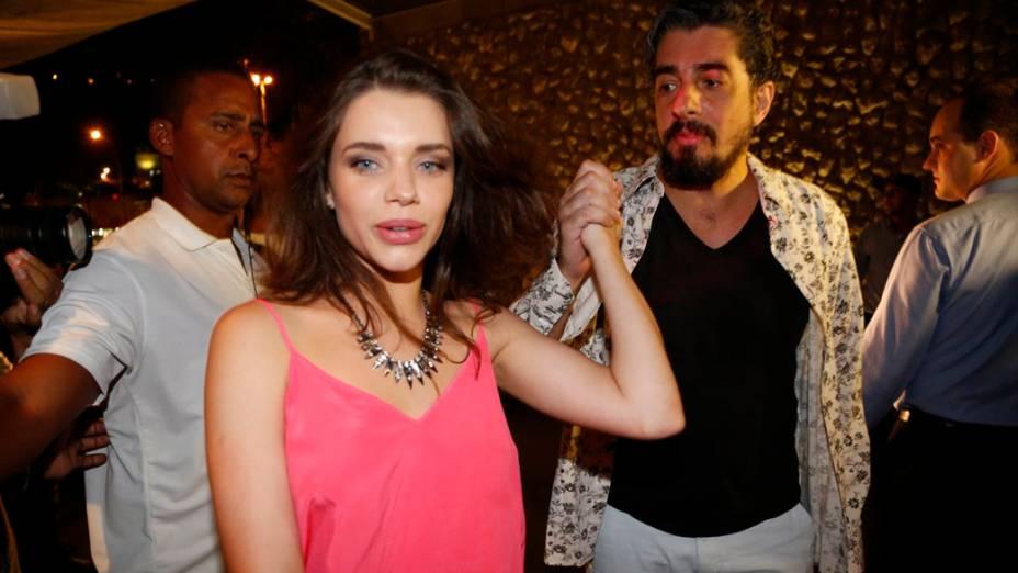 Bruna Linzmeyer chega acompanhada à festa de despedida de 'Amor à Vida', na churrascaria Fogo de Chão, em Botafogo, Rio