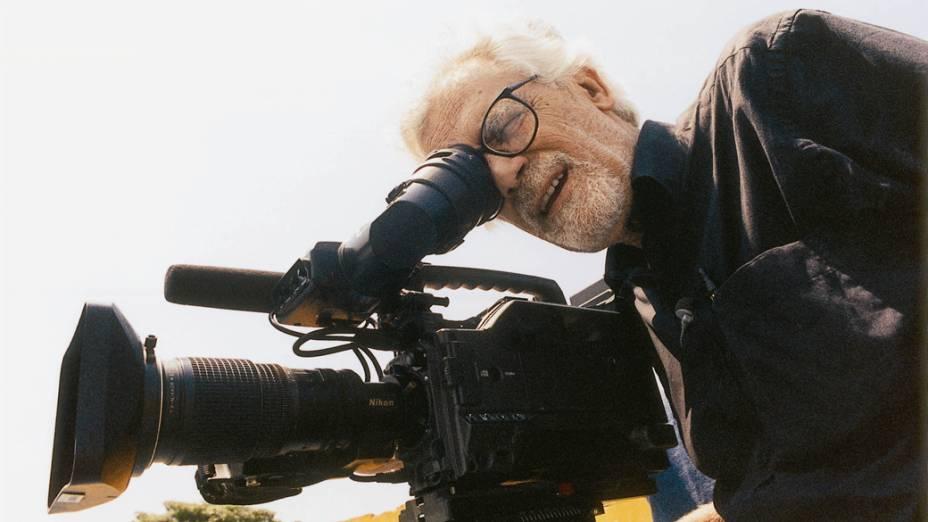 Cineasta Eduardo Coutinho, durante filmagem do documentário Peões