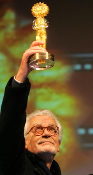 Eduardo Coutinho recebendo o troféu Kikito, no 35º Festival de Gramado de Cinema Brasileiro e Latino, em 2007