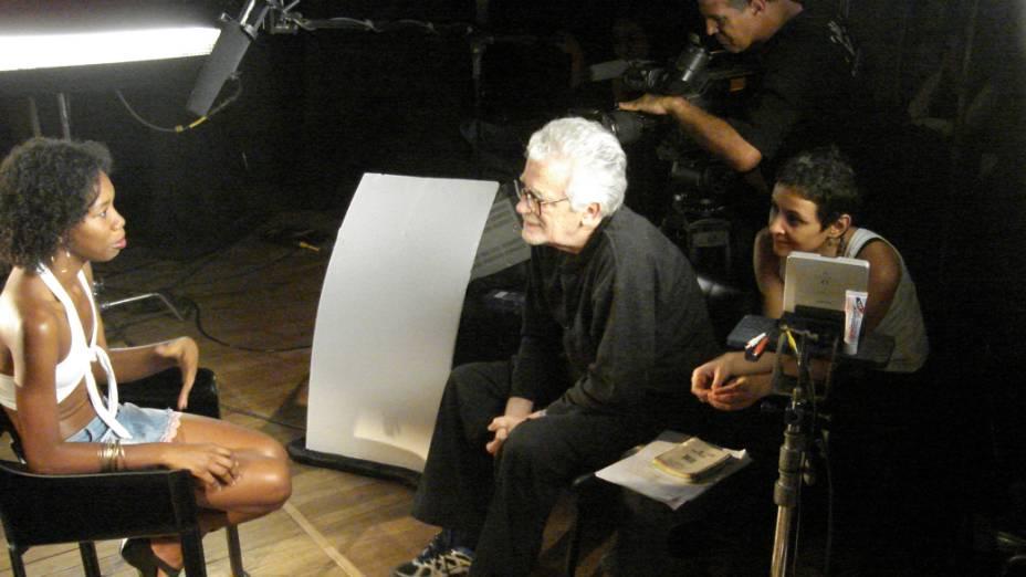 Cineasta Eduardo Coutinho, durante gravações do filme Jogo de Cena, em 2007
