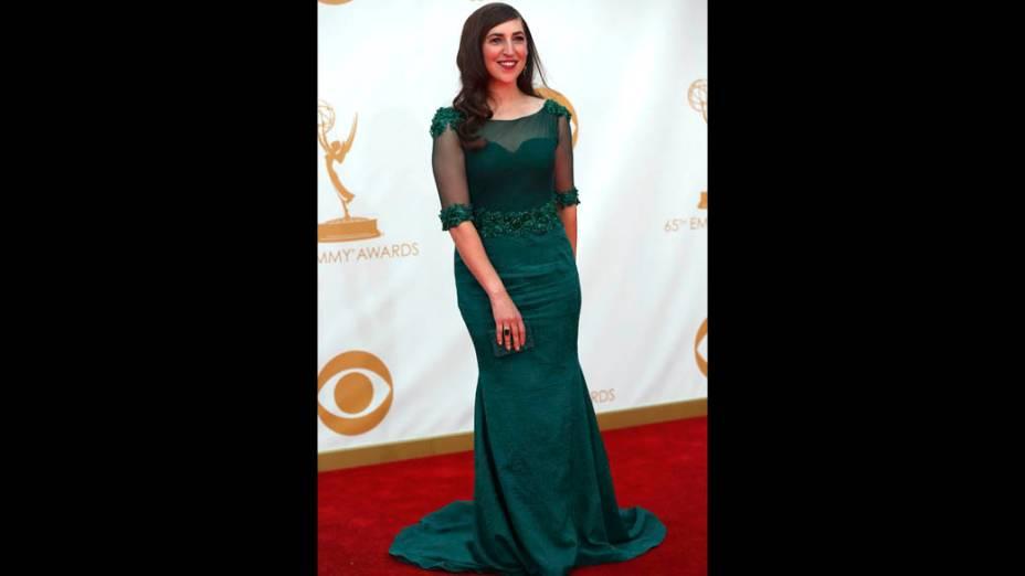 Atriz Mayim Bialik da série The Big Bang Theory, chega para a premiação do Emmy 2013