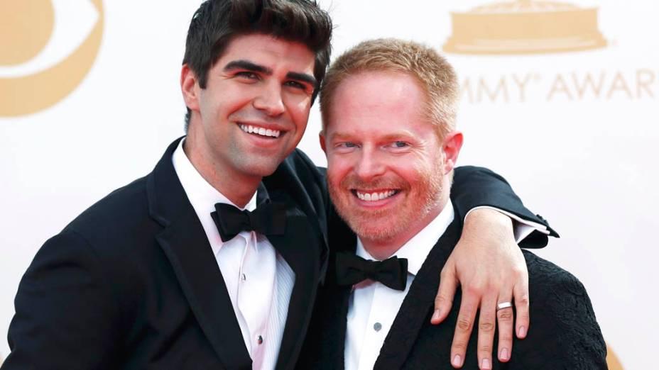 Ator Jesse Tyler Ferguson (à direita) da série Modern Family, chega com seu marido para a premiação do Emmy, em Los Angeles