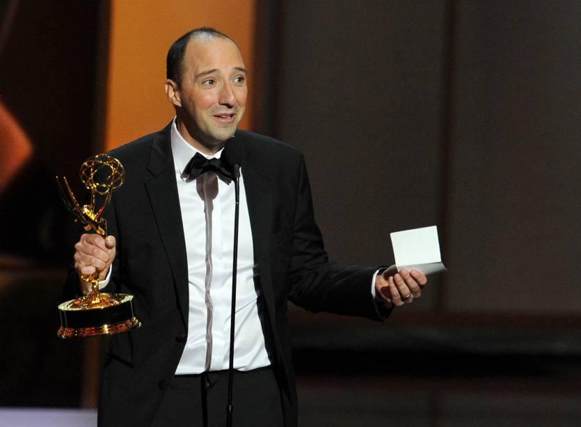 Tony Hale recebe o prêmio de melhor ator coadjuvante em série cômica por sua atuação em Veep, durante o Emmy, em Los Angeles