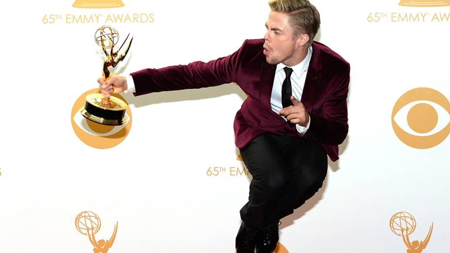 Derek Hough recebe o prêmio de melhor coreografia por Dancing with the Stars, durante o Emmy, em Los Angeles