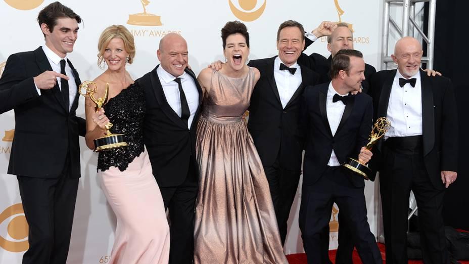 Elenco de Breaking Bad com o prêmio de melhor série dramática, no Emmy 2013
