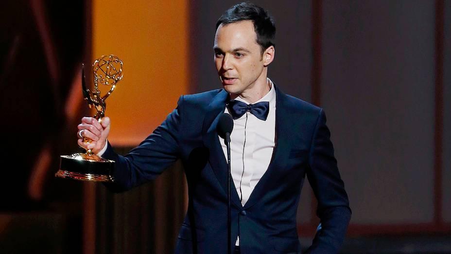 Jim Parsons recebe o prêmio de melhor ator em série cômica por sua atuação em The Big Bang Theory, durante o Emmy, em Los Angeles