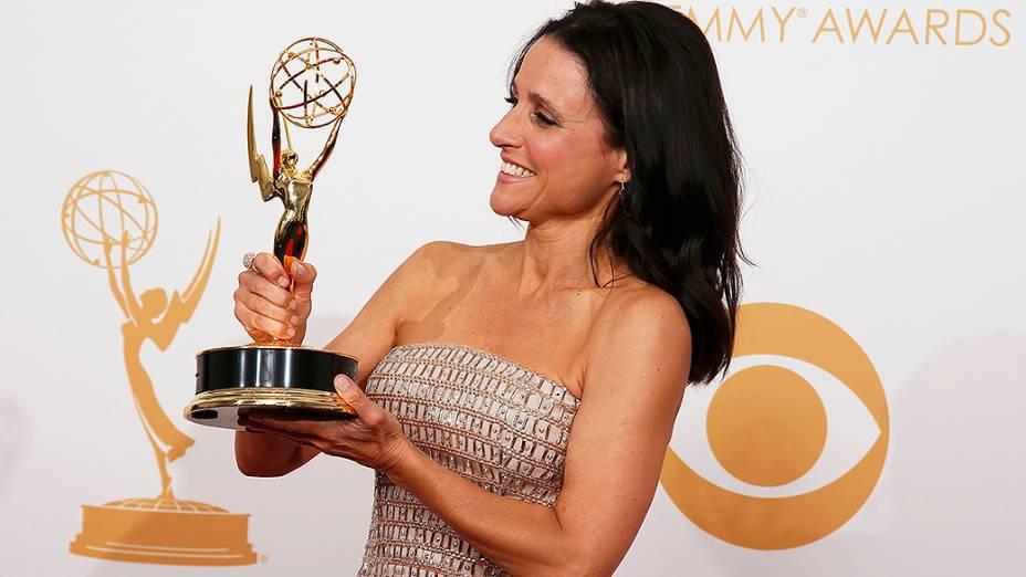 Julia Louis-Dreyfus recebe o prêmio de melhor atriz em série cômica por sua atuação em Veep, durante o Emmy, em Los Angeles