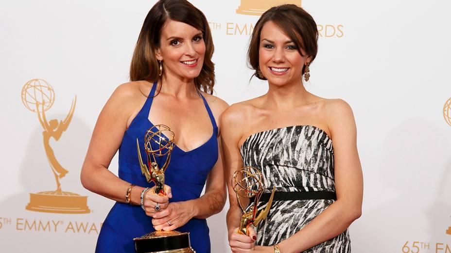 Tina Fey e Tracey Wigfield recebem o prêmio de melhor roteiro de comédia por 30 Rock, durante o Emmy, em Los Angeles