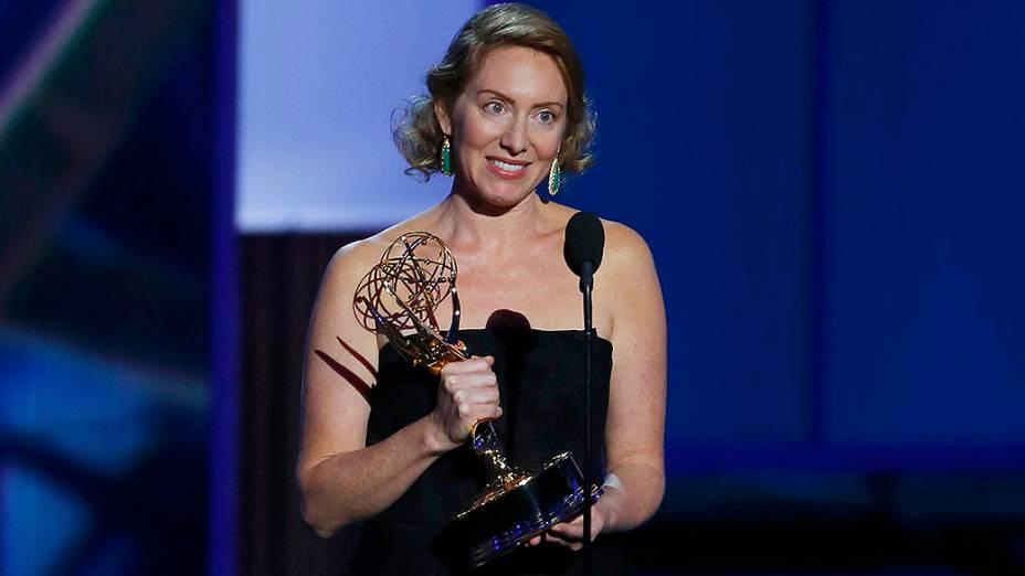 Sarah Bromell recebe o prêmio de melhor roteiro de série dramática no lugar do marido falecido, Henry Bromell por Homeland, durante o Emmy, em Los Angeles