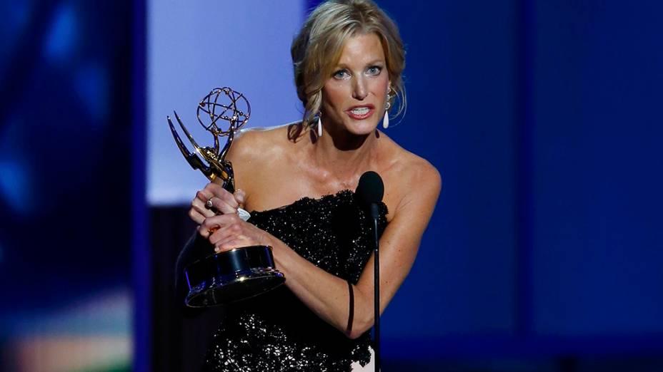 Anna Gunn recebe o prêmio de melhor atriz coadjuvante em série dramática por sua atuação em Breaking Bad, durante o Emmy, em Los Angeles